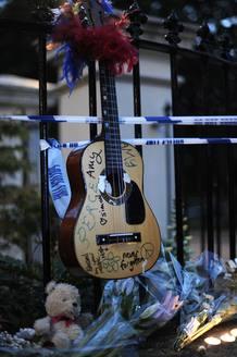 Una guitarra con mensajes de despedida para la cantante de 27 años, que falleció el pasado sábado, es uno de los presentes con los que sus fans han querido homenajear a Amy Winehouse.