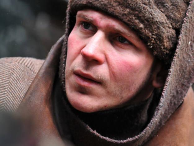 Gustaf Skarsgård actuó en una de las últimas cintas de Peter Weir, 'Camino a la libertad'. Es uno de los personajes de la película sueca 'Happy end'.