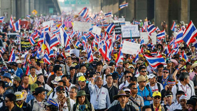 La primera ministra de Tailandia cede ante las protestas y anuncia elecciones