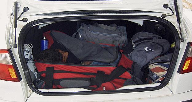 Fotografía facilitada por la Guardia Civil que muestra al inmigrante encontrado en el interior de una bolsa de deportes.