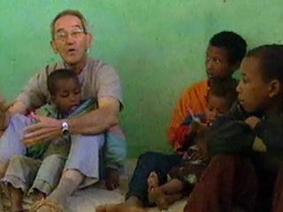 Ver vídeo  'Hambruna en Etiopía: La experiencia del religioso español Ángel Olaran (2003)'