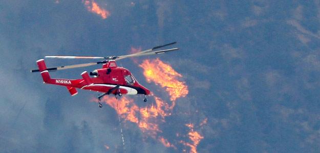 Un helicóptero antiincendios trabaja en Waldo Cayon, cerca de Colorado Springs, en EE.UU.