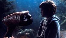 Henry Thomas y ET en una escena de la película