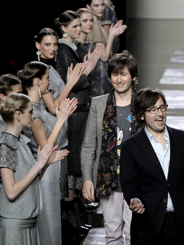 Los hermanos Ailanto reciben el aplauso de sus modelos sobre la pasarela, al final la presentación de su colección