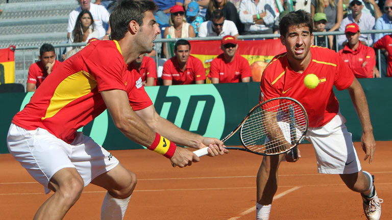 Los hermanos Bryan ganan el punto de dobles a Granollers y L&oacute;pez