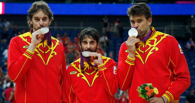 Los hermanos Gasol y Navarro muestran orgullosos la medalla de plata