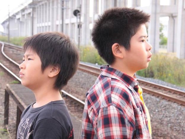 Los hermanos Oshiro y Koki Maeda lo son también en la ficción que protagonizan: 'Kiseki (I wish)'.