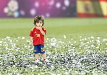 El hijo de Cazorla en en campo del estadio olímpico de Kiev