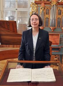 Hildegard Herrmann-Schneider, con la partitura de Mozart