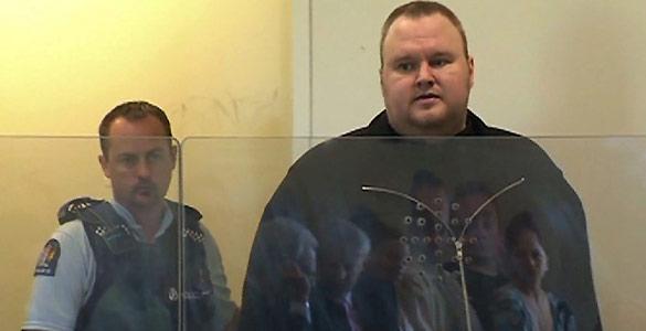 Kim 'Dotcom', fundador de Megaupload, escoltado por un policía