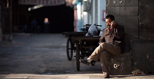 Un hombre habla por el móvil en Beijin, China
