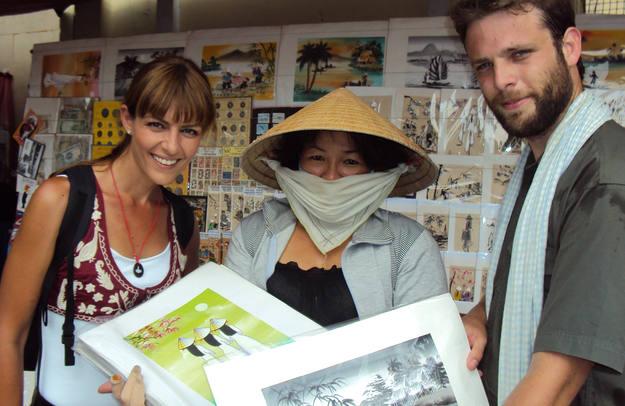En Ho Chi Minh Miguel y Pepa compraron preciosas pinturas - Buscamundos