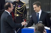 François Hollande, presidente electo de Francia, acuede a su primer acto oficial con Nicolas Sarkozy, aún jefe del Estado