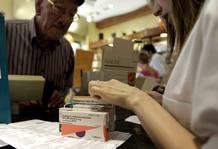 Un hombre adquiere hoy varios medicamentos en una farmacia