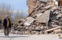 Un hombre contempla los escombros a los que quedó reducida una vivienda tras el terremoto