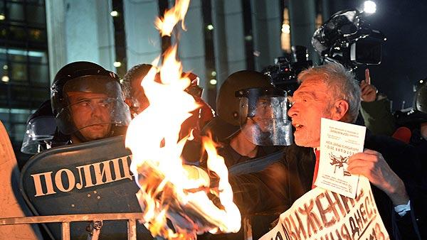 Un hombre participa en una protesta contra el sistema político en Bulgaria