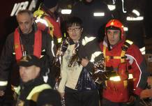 Un hombre surcoreano ha sido rescatado del interior del barco por los equipos de rescate.