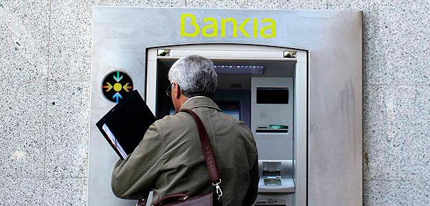 Un hombre utiliza un cajero de Bankia en Madrid