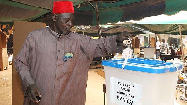 Un hombre vota en las elecciones legislativas de Mali, el 15 de diciembre