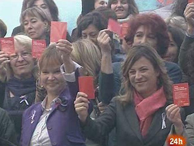 España homenajea a sus 64 víctimas por violencia de género en lo que va de año