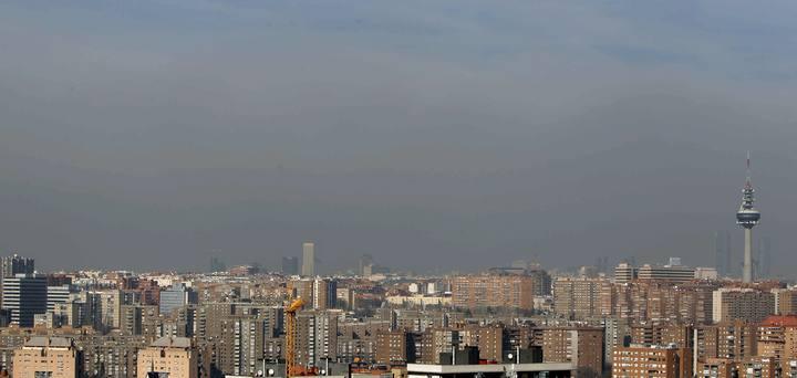El horizonte de la ciudad de Madrid queda difuminado por la contaminación
