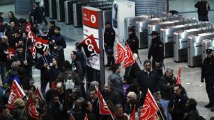 Ver vídeo  'La huelga general está teniendo su mayor seguimiento en la industria y la construcción'
