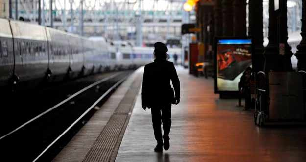 Un trabajador recorre uno de los andenes de la estación de trenes del norte en París