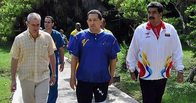 Hugo Chávez junto a su canciller, Nicolás Maduro, y uno de los doctores que le atienden en La Habana.