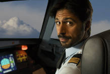 Hugo Silva interpreta al piloto del avión