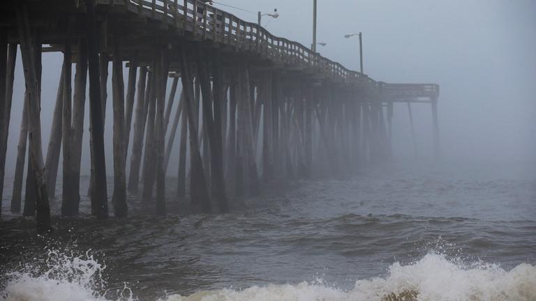 El huracán Arthur toca tierra en Carolina del Norte y asciende a nivel 2
