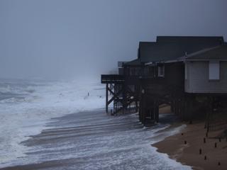 """Ver vídeo  'El huracán """"Irene"""" toca tierra cerca de cabo Lookout, en Carolina del Norte'"""