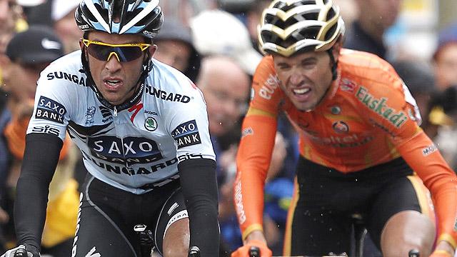 Hushovd gana y Contador ataca