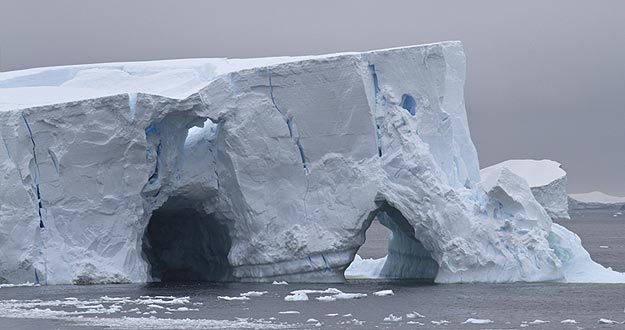 Iceberg con dos cuevas en aguas de la Antártida.