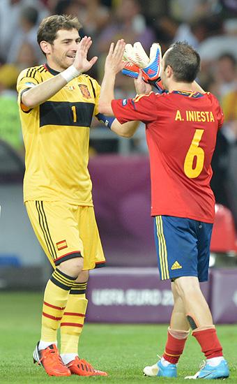 Casillas e Iniesta festejan el triunfo en la Eurocopa 2012