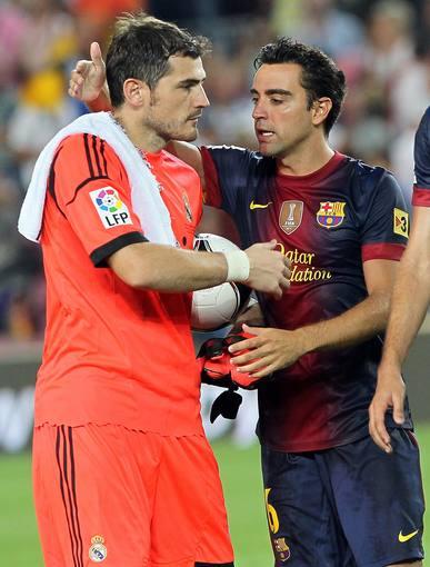 Iker Casillas y Xavi Hernández se saludan tras el pasado Barça-Madrid de Supercopa