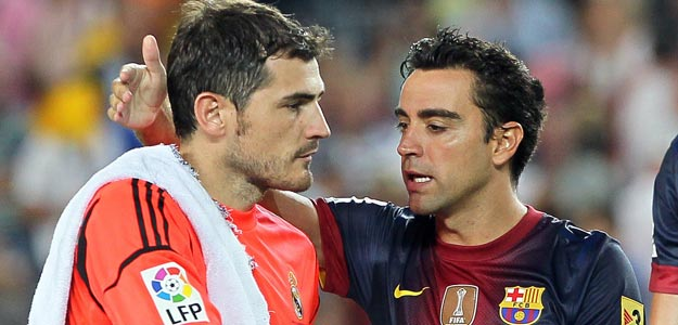 Iker Casillas y Xavi Hernández se saludan
