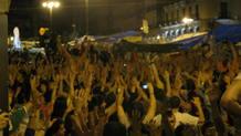 Con las manos al aire y aplausos ha terminado la sentada muda de este domingo.