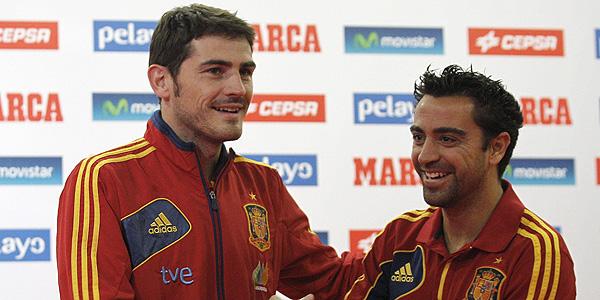 Imagen de archivo de los jugadores internacionales Iker Casillas (i) y Xavi Hernánez (d).