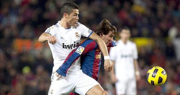Messi y Cristiano disputando un balón