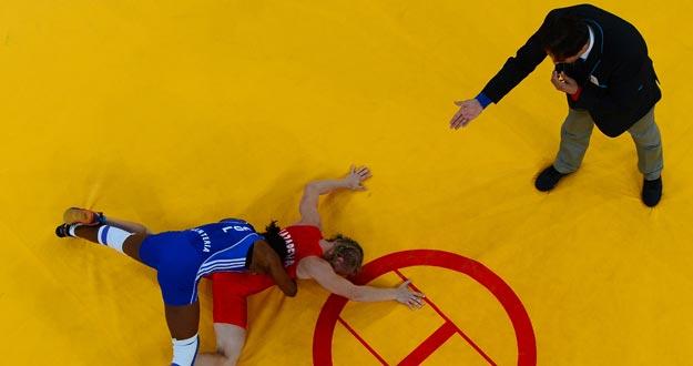 Imagen de un colegiado de lucha durante un combate en los Juegos Olímpicos de Londres 2012.