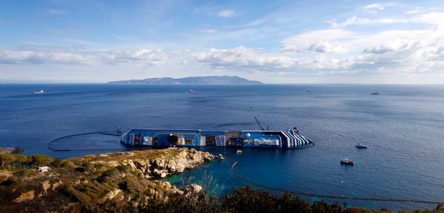 Imagen del Costa Concordia, embarrancado frenet a la costa de la isla italiana de Giglio