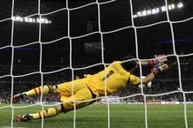 Imagen de espaldas del Casillas deteniendo el penalti a Moutinho en las semifinales de la Eurocopa 2012.
