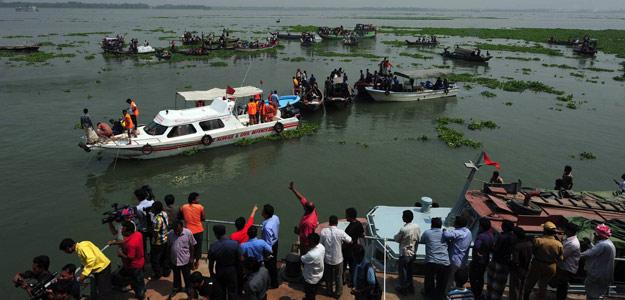Imagen de las labores de rescate del ferry accidentado en un río de Bangladesh