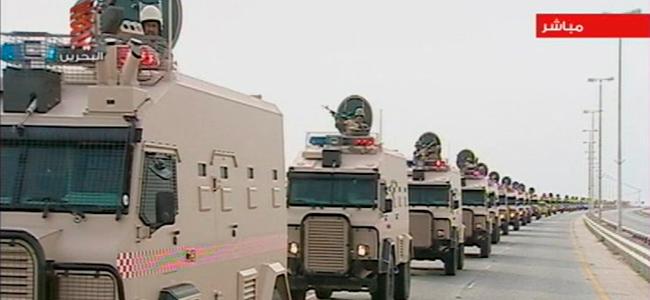 Imagen tomada de televisión que muestra la columna de soldados saudíes entrando en Baréin