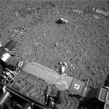 El explorador Curiosity durante una expedición por la superficie de Marte