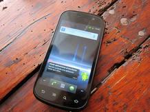 El Nexus S es un teléfono del año pasado. Eso es así y se nota tanto en su aspecto como en las especificaciones.