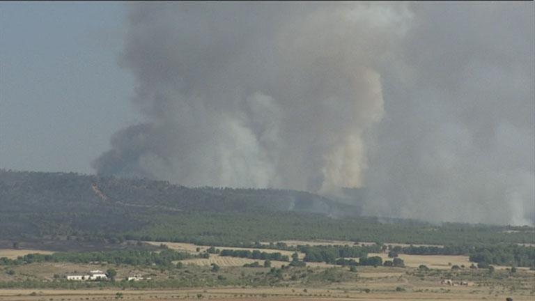 El incendio de la localidad valenciana de Ayora está perimetrado y los efectivos refrescan la zona