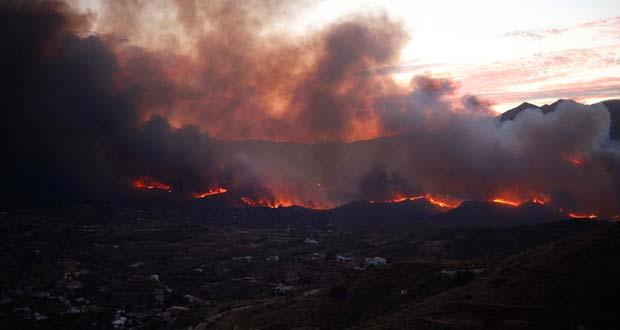El fuego cerca de las casas del Barranco Blanco de Coín