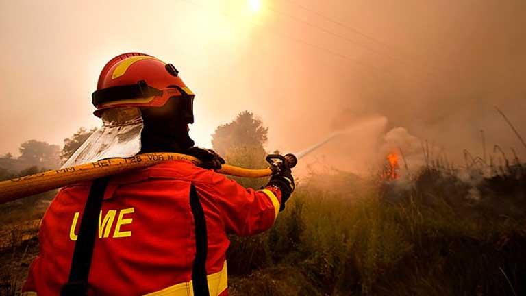 Cientos de vecinos desalojan sus casas ante el fuego descontrolado en Valencia