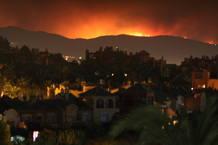 El fuego declarado en la sierra de Malaga que afecta a varios municipios de la provincia, se deja ver desde Nueva Andalucia, en Marbella